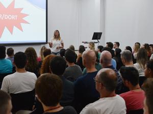 A WK Sistemas promoveu uma palestra para marcar o Dia Internacional de Combate às LER/DORT. A fisioterapeuta do trabalho, Claudia Wanderck, alertou sobre os fatores de riscos e também abordou dicas para a prevenção.
