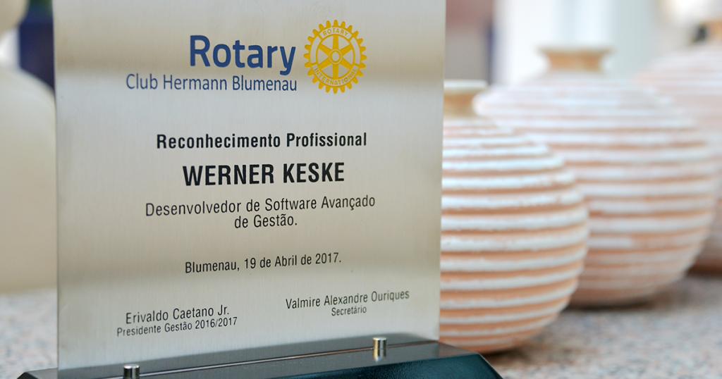 O Rotary Club Hermann Blumenau realizou uma homenagem para o presidente da WK Sistemas, Werner Keske. O reconhecimento Desenvolvedor de Software Avançado de Gestão foi uma forma de valorizar a trajetória profissional do executivo, construída com grandes inovações na área da Tecnologia da Informação.